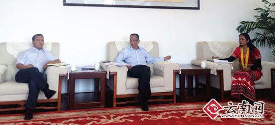普洱市委书记卫星(中)接受采访 云南网记者 张蕊摄